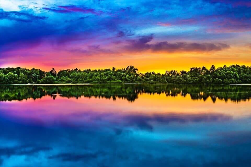 Solnedgång i sprakande färgglans